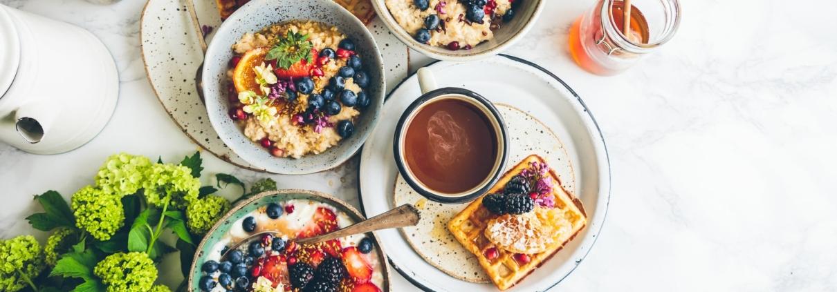 Frühstückstisch von oben fotografiert